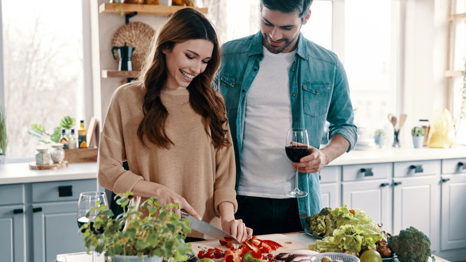 Paar beim Zubereiten in der Küche_Gemüse_shutterstock_1363048568 - Umweltschonend und hochwertig angebautes Obst und Gemüse hat einen höheren Gehalt an Vitamin C, Radikalfängern und Flavonoiden.