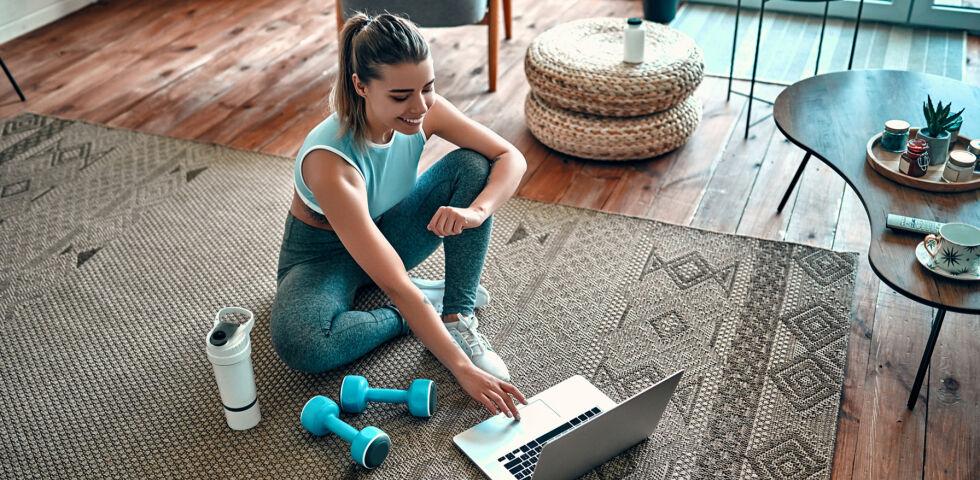 Frau macht zuhause Sport_shutterstock_1660419799 - Spaß an Bewegung kann man auch drinnen haben.