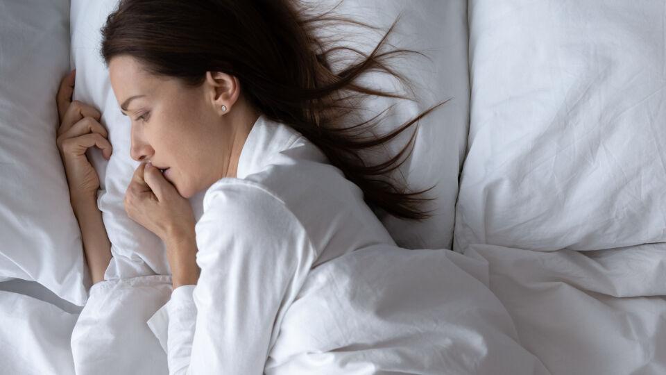 Frau kann nicht einschlafen_shutterstock_1562062531 - Bei Angsterkrankungen gehören Unruhe und Schlafstörungen häufig zum Krankheitsbild.