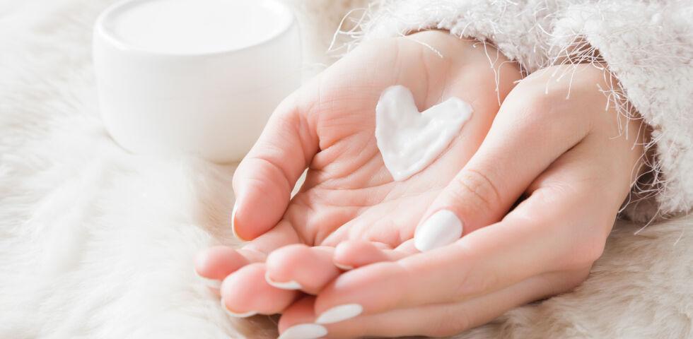 Handpflege Winter_shutterstock_790646674 - Die Haut an unseren Händen ist sehr dünn und profitiert besonders im Winter von einer Extraportion Pflege.