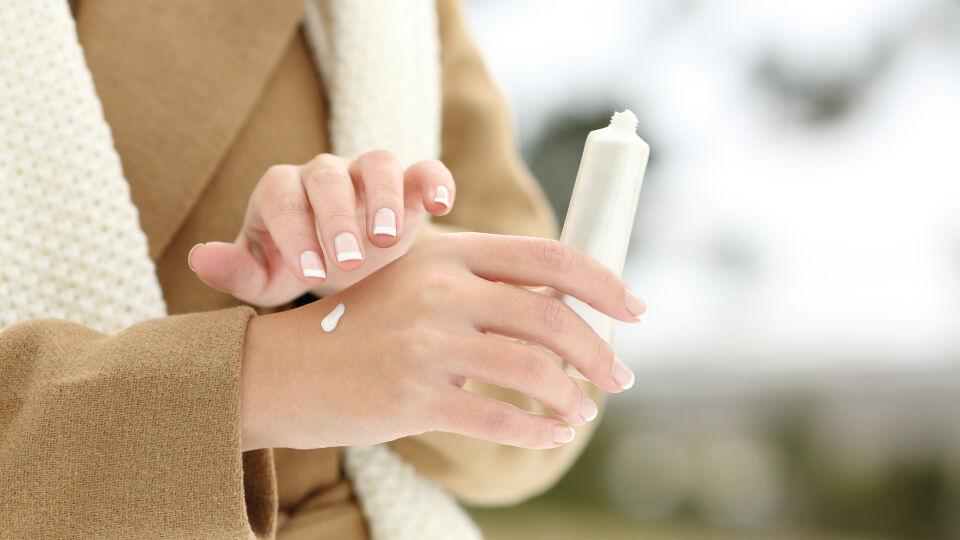 Handpflege Winter_shutterstock_1232534548 - Um trockenen und rissigen Händen vorzubeugen, werden diese im besten Fall nach jedem Händewaschen eingecremt.