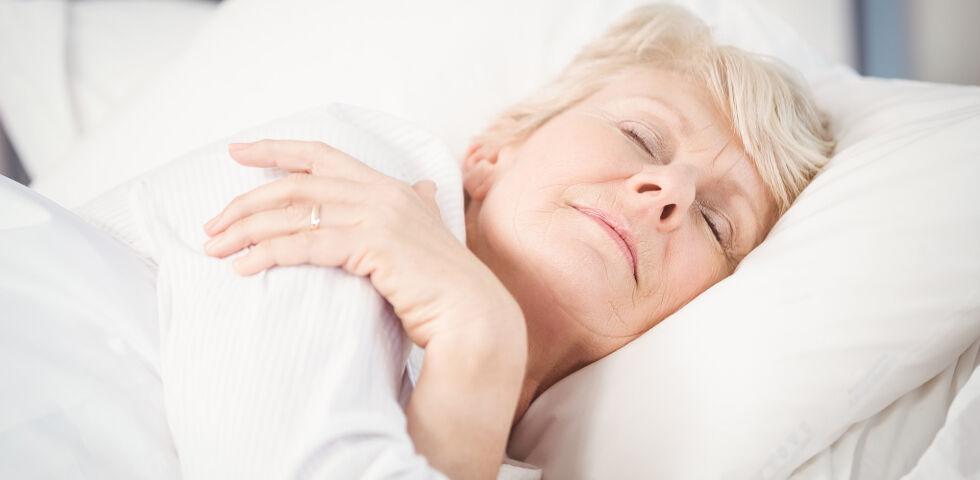 Schlaf Senior - Ältere Menschen leiden öfter unter Schlafproblemen als jüngere. - © Shutterstock