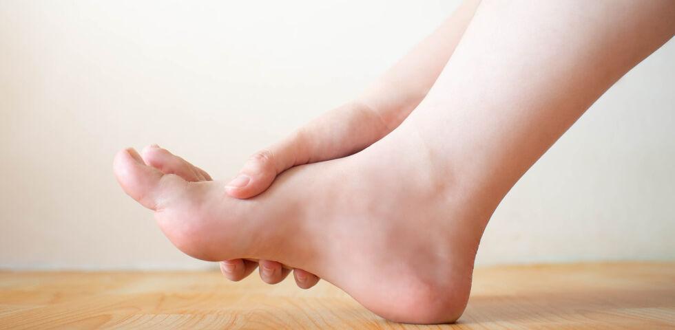 Füße Gicht - Erste Gicht-Symptome betreffen meist die Fuß- oder Zehengelenke. - © Shutterstock