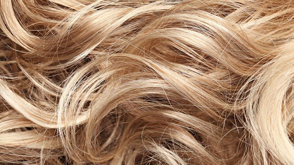 Haare - Graue Haare müssen nicht sein. Wer sich nicht wohlfühlt, kann sie zum Glück einfach färben. - © Shutterstock
