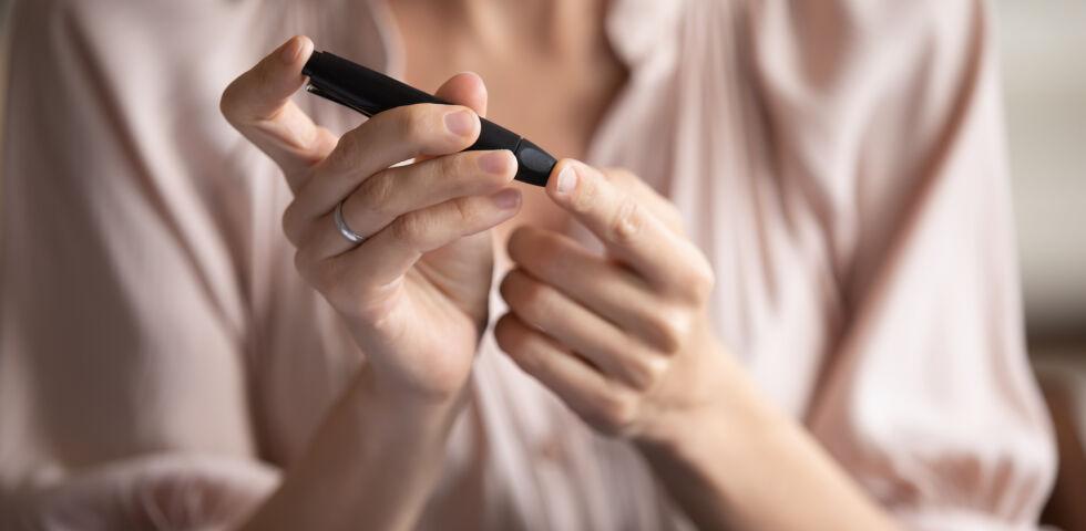 Blutzucker messen_shutterstock_1720702285 - Der Zuckergehalt im Blut wird mit einem Blutzuckermessgerät bestimmt. Dafür wird nur eine kleine Menge Blut benötigt.