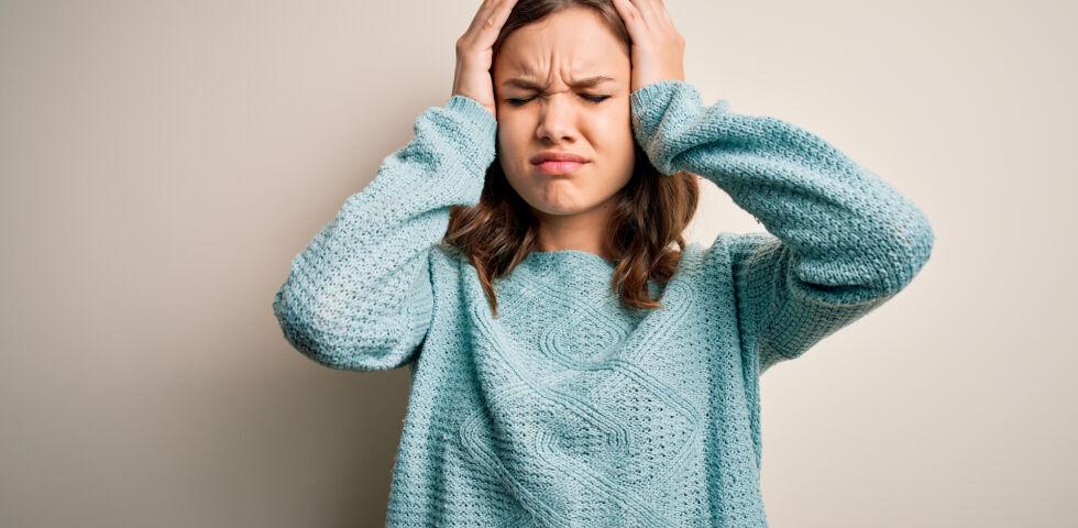 Frau mit Kopfschmerzen_shutterstock_1675075327