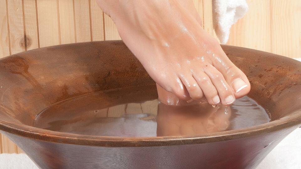 Fußbad Füße Fußpflege - Ein aufsteigendes Fußbad erwärmt hervorragend unsere Fußzonen und den Nierenmeridian. - © Shutterstock