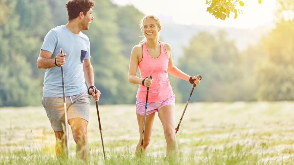 """Nordic Walking_Sport_shutterstock_1665338920 - Verwenden Sie keine """"Skistöcke"""", sondern nur Walkingstöcke."""