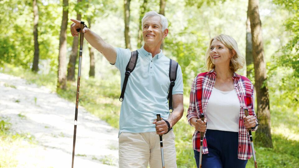 Nordic Walking_Sport_shutterstock_299722622 - Nordic Walking ist eine gelenkschonende Sportart und eignet sich für jedes Alter.