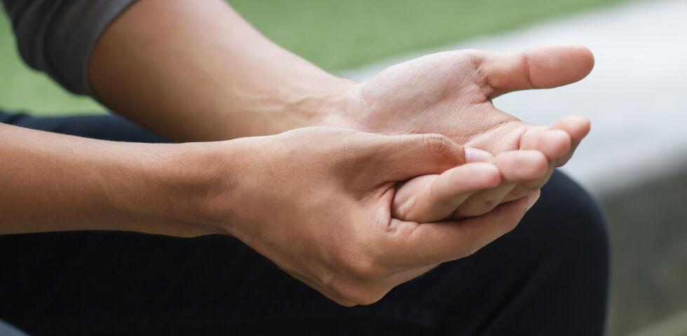Finger_Hände_shutterstock_622866383 - Meist beginnen die Beschwerden beiPsoriasis-Arthritis an einzelnen Gelenken, häufig am Knie oder an den Finger- und Zehengelenken.