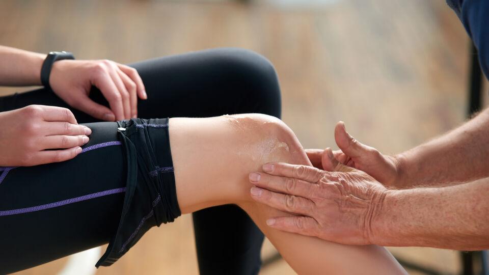 Knie Gelenk_shutterstock_1395948392 - Die meist gelhaltigen Zubereitungen werden großzügig auf das betroffene Gelenk aufgetragen.