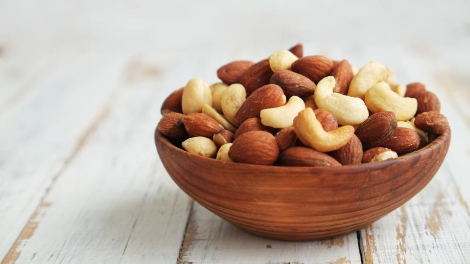 Verschiedene Arten von Nüssen_Gesunde Ernährung_shutterstock_404692570 - Ideal für zwischendurch: Eine Handvoll Nüsse.