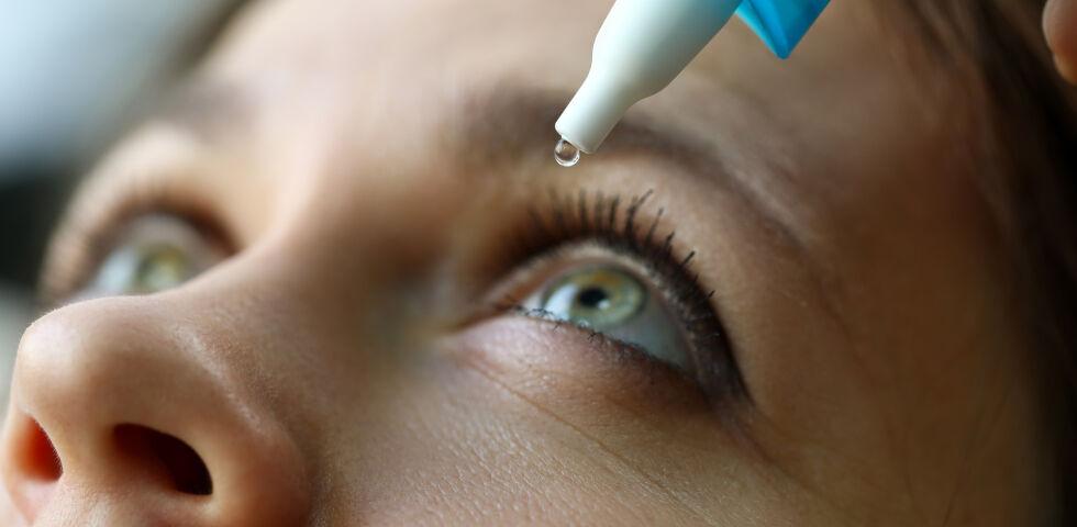 Frau verwendet Augentropfen_shutterstock_1586646235 - Vor der Verwendung von Augentropfen sollte man sich immer die Hände waschen.