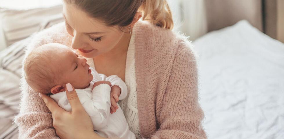 Junge Mutter mit ihrem Baby_shutterstock_1050001412 - Impfungen können Leben retten.