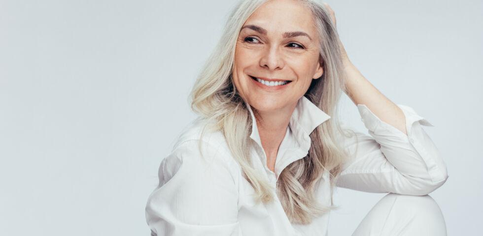 Fröhlische Frau mit grauem Haar_Kosmetik_shutterstock_1365204119 - Wie pflegt man graues Haar?