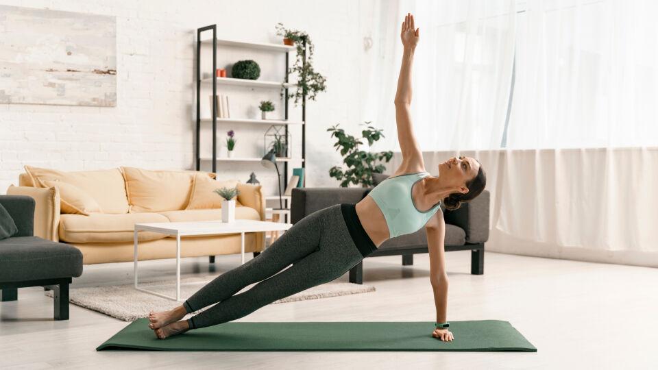 Training mit Eigengewicht_shutterstock_1486504064 - Es geht auch ohne Fitnessstudio: Kraftübungen kann man auch ohne Geräte ausführen.