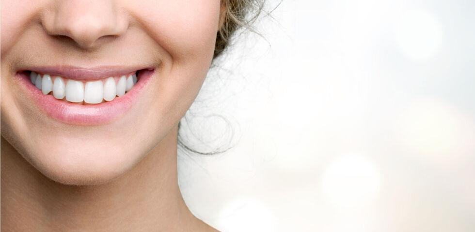 Ein strahlendes Lächeln_Zähne_shutterstock_1917542063 - Für gesunde Zähne und Zahnfleisch ist es wichtig, regelmäßig die Zähne zu putzen.