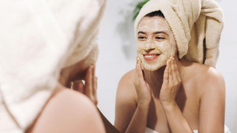 Frau trägt ein Peeling auf_Kosmetik_shutterstock_1348603727 - Wie der Name schon sagt, enthalten mechanische Peelings Schleifpartikel. Für empfindliche Hauttypen sind diese Peelings eher ungeeignet.