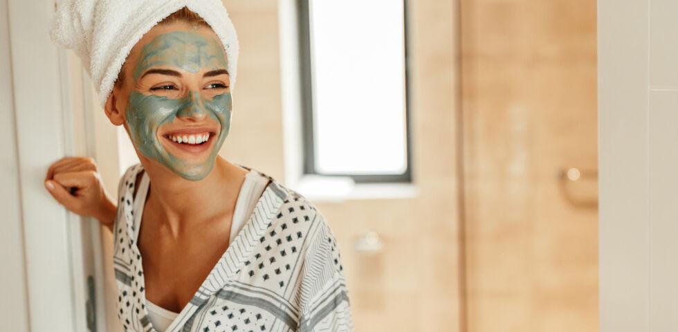 Frau mit Gesichtsmaske_Kosmetik_shutterstock_1018973185 - Peelings sorgen für weiche, reine und strahlende Haut.