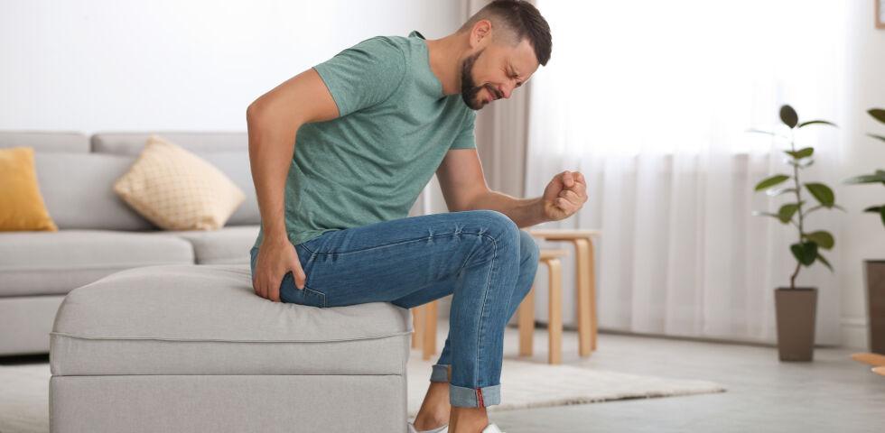 Man hat Schmerzen am Po_shutterstock_1634784697 - Patienten mit Analabszessen klagen neben Schmerzen beim Sitzen oder beim Stuhlgang oft auch über Fieber. - © Shutterstock