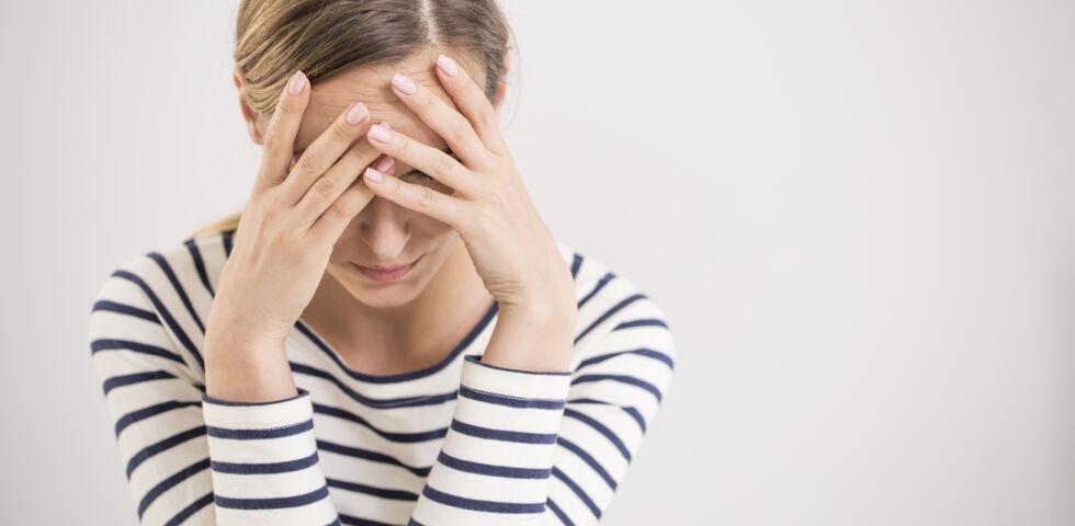 Unglückliche Frau_Depression_Ängste_shutterstock_691423918 - Betroffene werden am häufigsten von einem ausgeprägten Müdigkeits- und Erschöpfungsgefühl (Fatigue) geplagt.