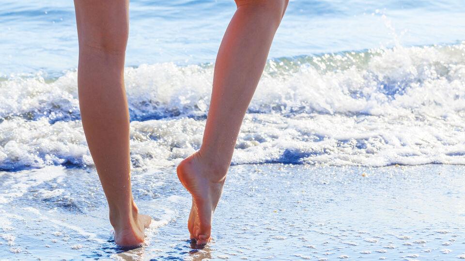 Beine Frau Sommer Strand Füße - Nicht nur Ältere leiden unter Problemen mit den Venen. Je nach Veranlagung kann es jeden treffen. - © Shutterstock