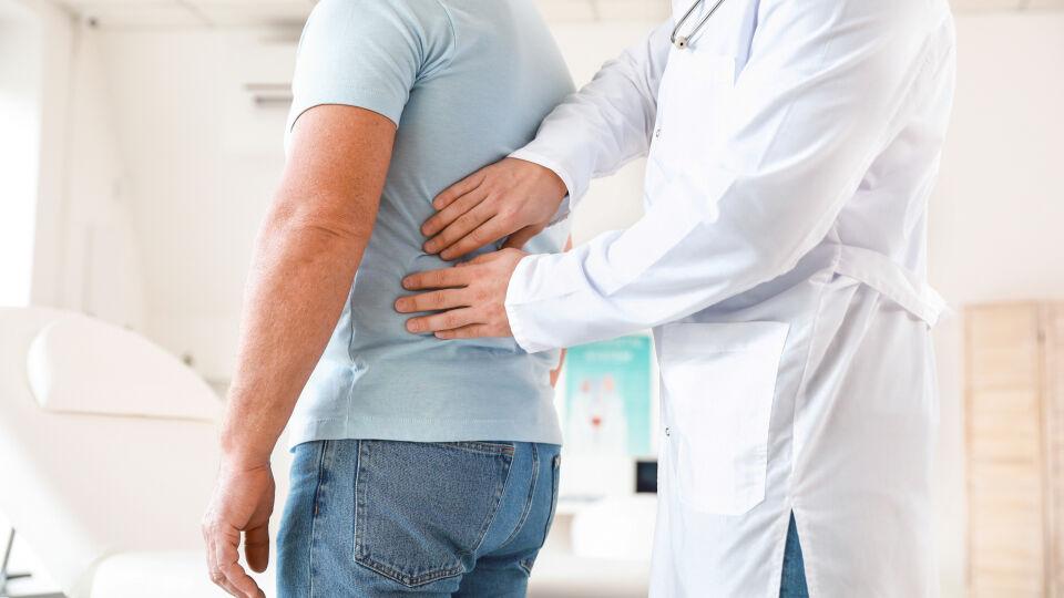 Mann beim Arzt_Niere_shutterstock_1627486546 - Bei Problemen mit der Blase, Prostata oder Erektion geht Mann am besten zum Urologen.