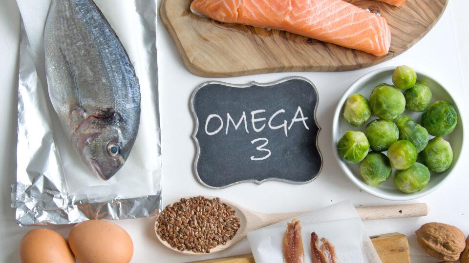 Ernährung Omega-3-Fettsäuren_shutterstock_432344374 - Fettreiche Seefische wie Lachs sind guteOmega-3-Lieferanten.Lein- und Rapsöl sowie Nüsse enthalten es ebenfalls.