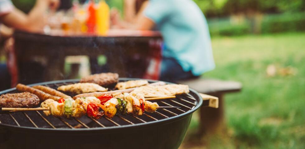BBQ Grillen im Garten_shutterstock_451311433 - Beim Verwenden flüssiger Grillanzünder und Brandbeschleuniger sind Stichflammen möglich. Nutzen Sie besser feste Grillanzünder.