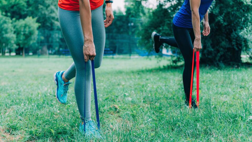 Training mit einem Theraband_shutterstock_1300244326 - Mit einem Theraband kann man überall und zu jeder Zeit trainieren.