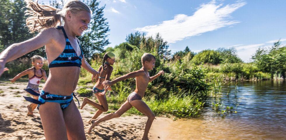 Kinder am See_Schwimmen_shutterstock_707656798 - Ertrinken ist die zweithäufigste Unfallursache mit Todesfolge bei Kindern bis 15 Jahren.