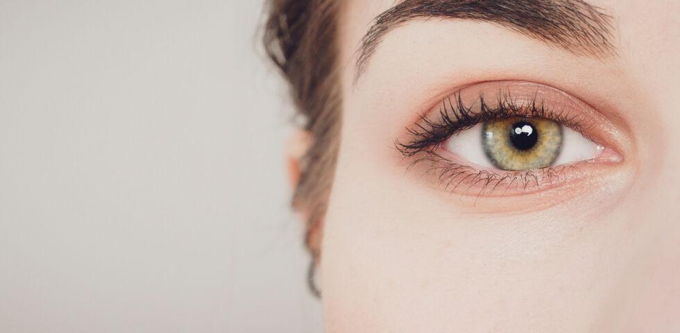 Auge einer Frau in Großaufnahme_shutterstock_1658945044 - Man kann viel für die eigene Augengesundheit tun.