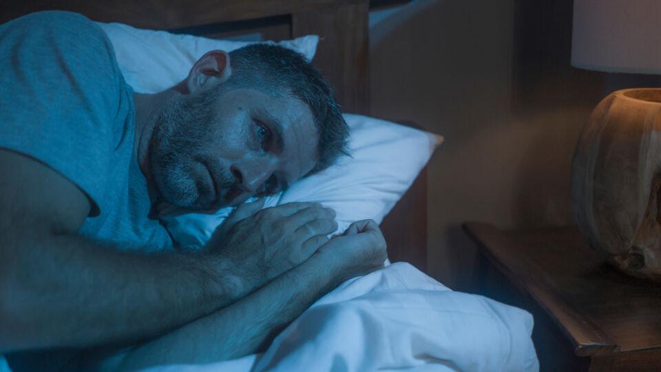Schlaflos_Schlafprobleme_shutterstock_1721465698 - Sportliche Überbeanspruchung kann sich durch Schlaflosigkeit bemerkbar machen.