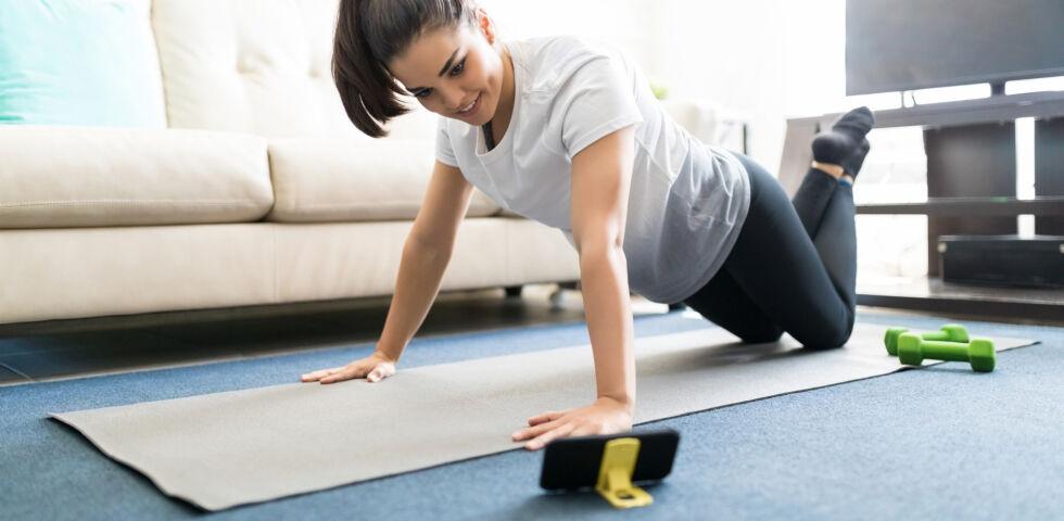 Workout mit Handy_Sportshutterstock_1112658119 - Einige Apps bieten gute Anleitungen für Rückenübungen.