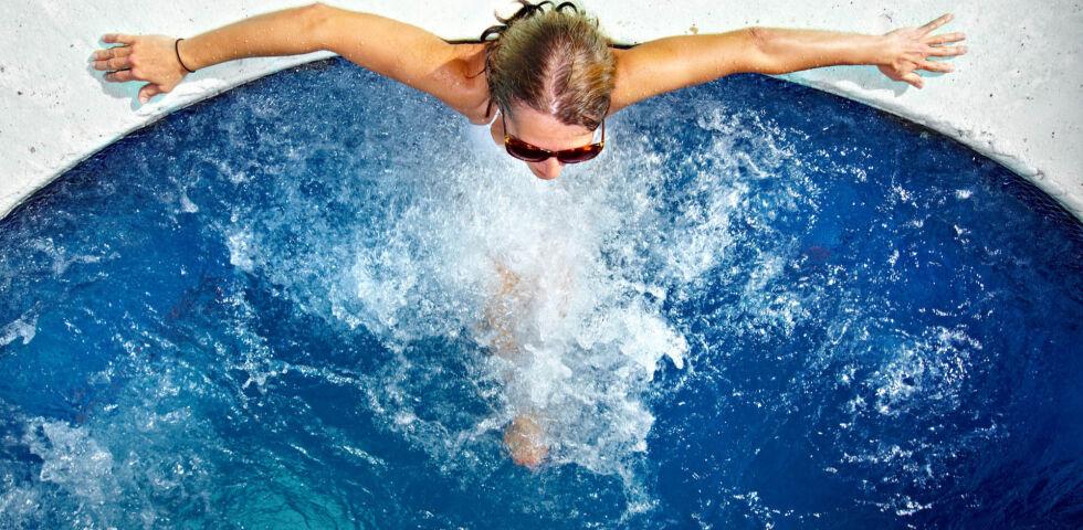 Frau entspannt im Whirlpool_Spa_shutterstock_232669156 - Legionellen können zum Beispiel in Whirlpools und Schwimmbädern zum Problem werden.