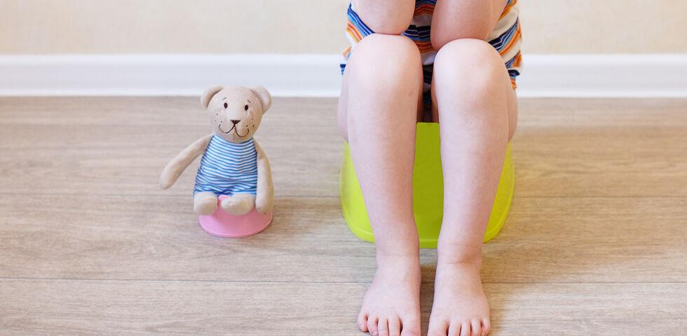 Kind Töpfchen Klo Verstopfung - © Shutterstock