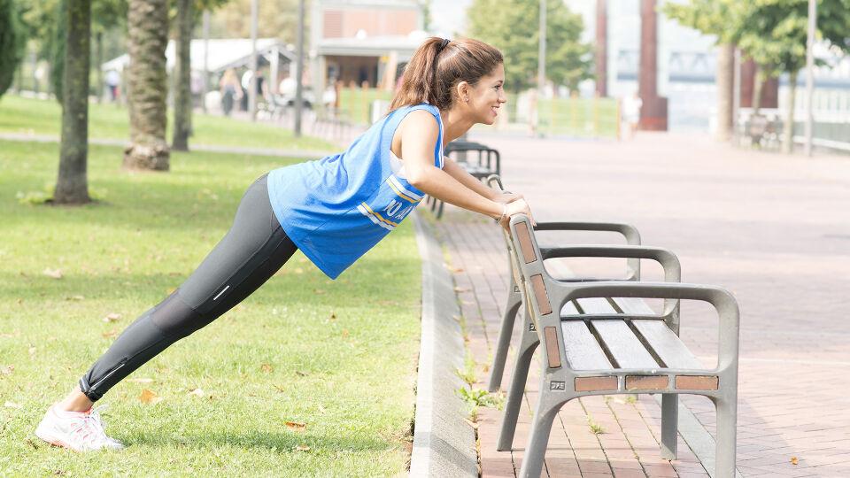 Stretching Aufwärmen Liegestütz einfach - An einer Wand oder an einer Parkbank können Sie eine einfache Variante des Liegestützes ausführen. - © Shutterstock