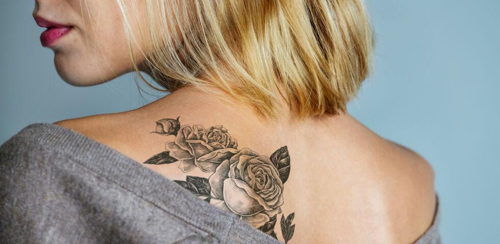 Tattoo_shutterstock_1052546732 - Direkt nach dem Stechen sind frische Tätowierungen erst einmal eine Wunde und brauchen dementsprechend die richtige Pflege.