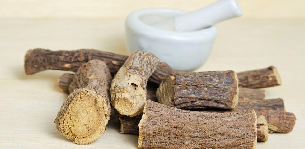 Süßholzwurzel Heilpflanzen - Die Süßholzwurzel wirkt entzündungshemmend. - © Shutterstock