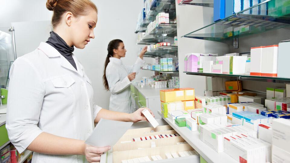 Apotheke Bestand Inventur Medikamente - Die Apotheken-Mitarbeiter kennen sich mit Medikamenten bestens aus – und zwar auch mit deren Entsorgung. - © Shutterstock