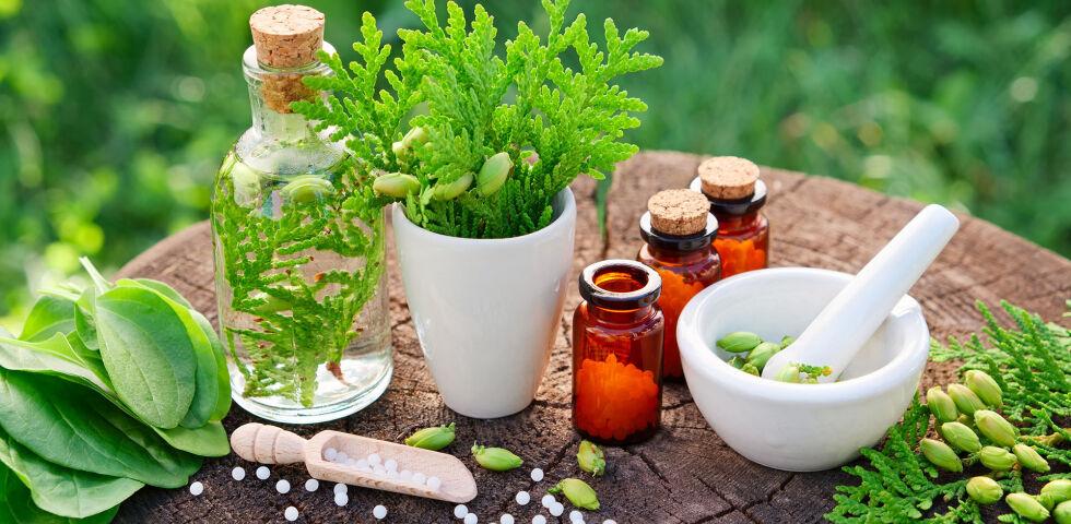 Homöopathie Stock - Homöopathische Arzneimittel werden aus Pflanzen, Pilzen, Mineralien, Metallen, aber auch aus Tieren wie der Honigbiene gewonnen. - © Shutterstock