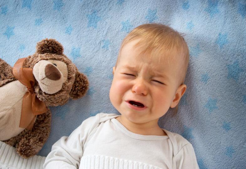 Baby_weint_schmerzen - Bei Symptomen wie Dehydration oder Fieber sollten Sie besser einen Kinderarzt aufsuchen.