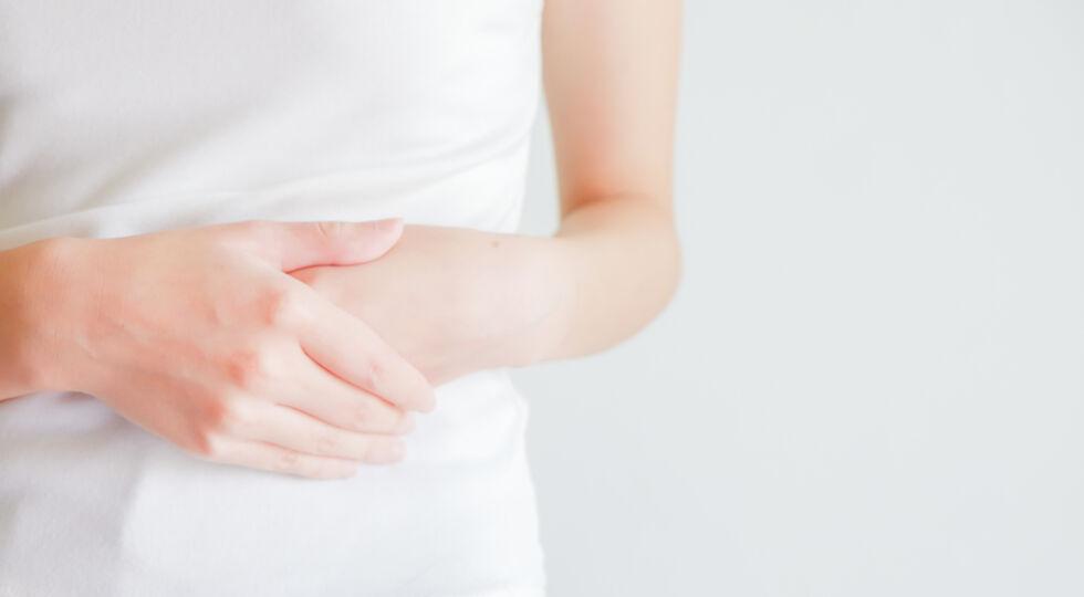 Frau_Magen_Darm_Hand auf Bauch - Ein gestörter Magen-Darm kann dem Betroffenen sehr viel Kummer bereiten.