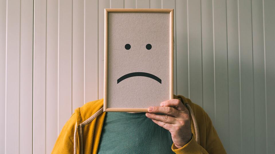 Trauer Depression - Es dauert ein paar Wochen, bis Johanniskraut seine volle Wirkung entfaltet. Die Anwendung erfolgt in Form von Tropfen, Dragees oder Tee. - © Shutterstock