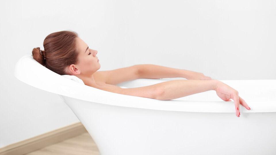 Frau Badewanne Entspannung - Ein Sitzbad mit Eichenrinde oder Kamille bringt nicht nur Entspannung, sondern wirkt auch entzündungshemmend. - © Shutterstock