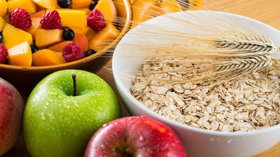 Ernährung_Ballaststoffe - Eine ballaststoffreiche Ernährung umfasst zum Beispiel Hülsenfrüchte, Nüsse, Obst, Gemüse und Vollkornprodukte. - © Shutterstock