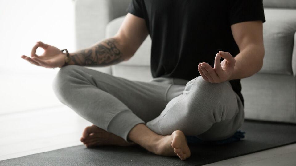 Mann_Meditation_Schneidersitz - Kurze Entspannungsübungen lassen sich gut in den Alltag integrieren. - © Shutterstock