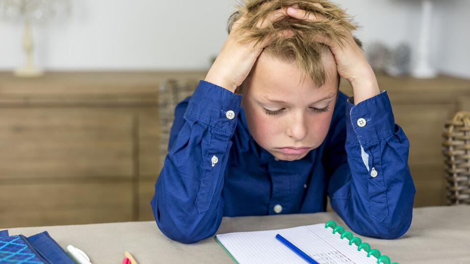 Junge_Hausaufgaben_überfordert_Stress - Auch unsere Kleinsten können unter Druck stehen. - © Shutterstock