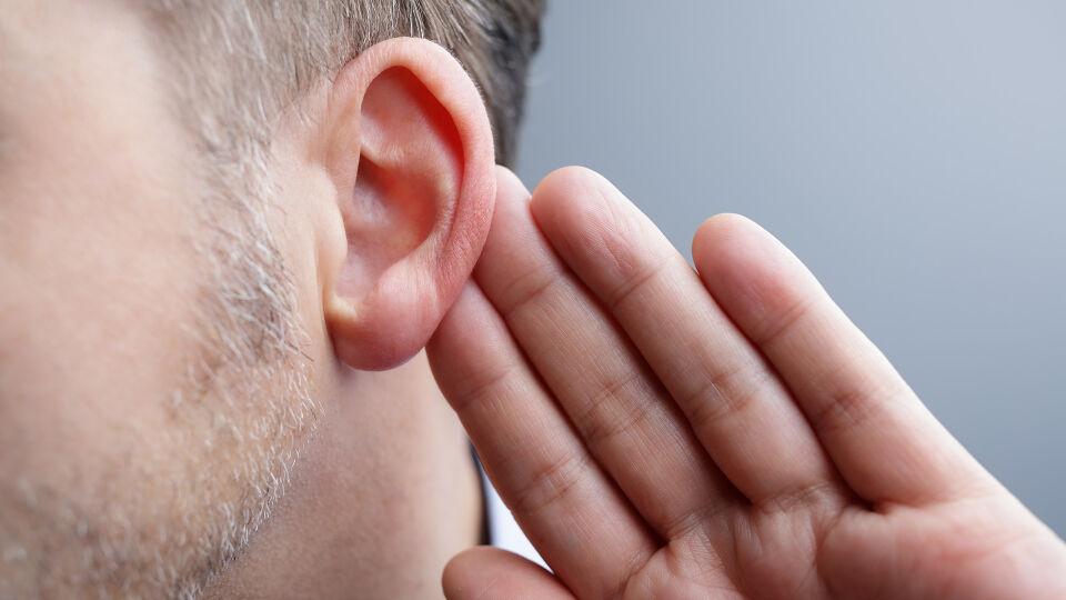 Mann Ohr_aktiv Zuhören - Multitasking stresst uns. Wann haben Sie das letzte Mal einfach nur zugehört? - © Shutterstock
