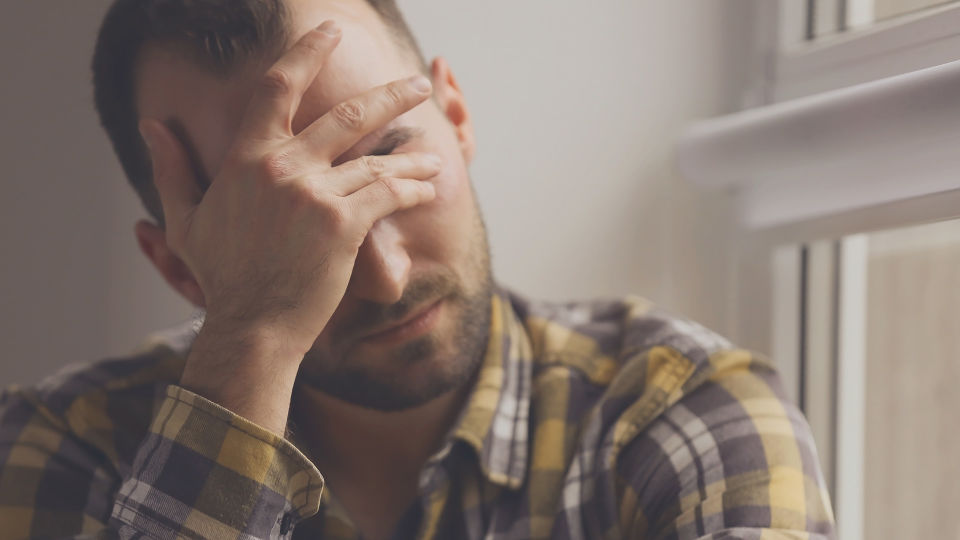 Mann_traurig_Stress - Depressive Verstimmungen werden meist nach wenigen Tagen besser. - © Shutterstock